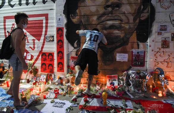 Dành cả trăm năm để tưởng nhớ Maradona - Ảnh 1.
