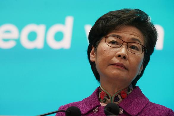 Lãnh đạo Hong Kong phải giữ 'cả đống tiền mặt' ở nhà vì Mỹ trừng phạt - Ảnh 1.