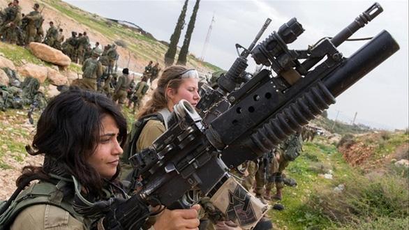 4 cô gái đi kiện vì không được làm lính biệt kích - Ảnh 1.