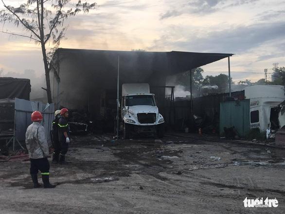 Cháy lớn bãi xe ở quận 9, nhiều xe lớn bị thiêu rụi - Ảnh 1.