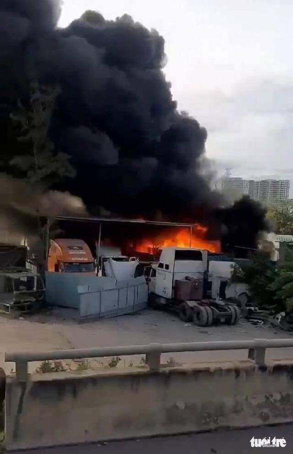 Cháy lớn bãi xe ở quận 9, nhiều xe lớn bị thiêu rụi - Ảnh 2.