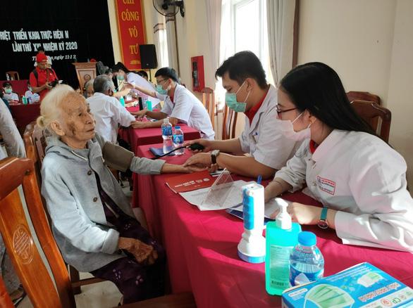 Nhiều hoạt động cứu trợ thiết thực và bền vững đến với đồng bào miền Trung - Ảnh 1.