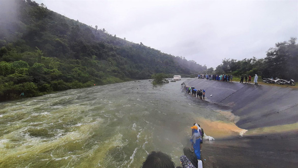 Hồ xả lũ, hàng chục người vẫn liều lĩnh giữa dòng tìm bắt cá - Ảnh 1.