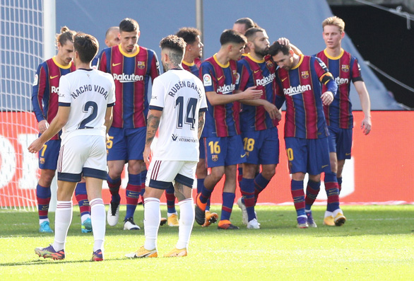 Messi lập siêu phẩm trong ngày tưởng nhớ Maradona - Ảnh 3.