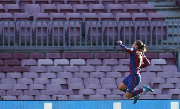 Messi lập siêu phẩm trong ngày tưởng nhớ Maradona - Ảnh 4.