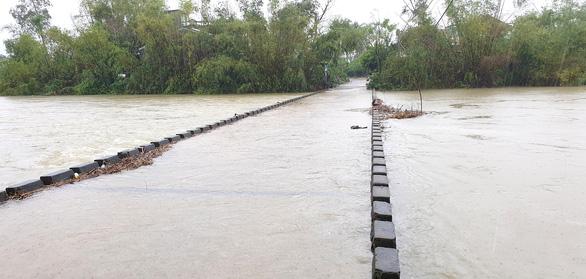 Phú Yên: Mưa hơn một ngày, đã có một số địa phương bị chia cắt - Ảnh 2.