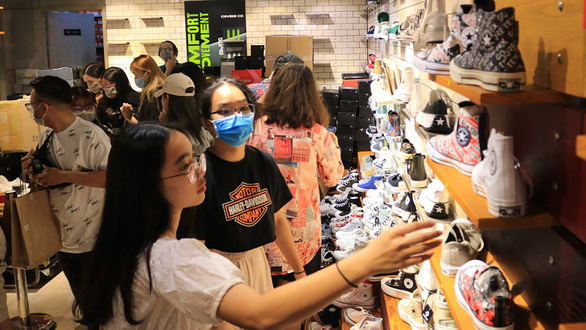 Sau Black Friday, lượng khách khủng vẫn đổ về các nơi mua sắm  - Ảnh 1.