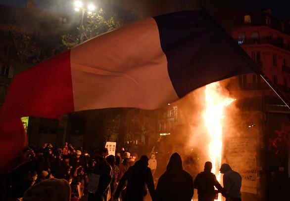 Bạo loạn, biểu tình khắp nước Pháp chống dự luật cấm quay phim cảnh sát - Ảnh 1.
