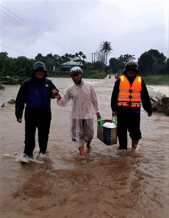 Nhiều vùng ngập lụt, Khánh Hòa cho học sinh nghỉ học - Ảnh 1.