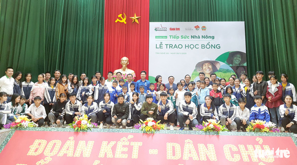 Trao học bổng tiếp sức cho con nhà nông Nghệ An đến trường - Ảnh 6.