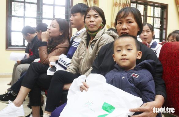 Trao học bổng tiếp sức cho con nhà nông Nghệ An đến trường - Ảnh 2.