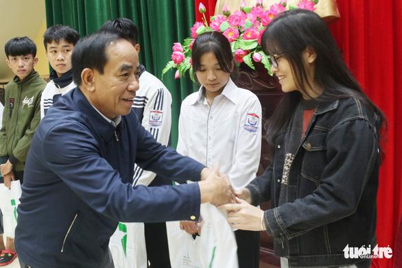 Trao học bổng tiếp sức cho con nhà nông Nghệ An đến trường - Ảnh 4.