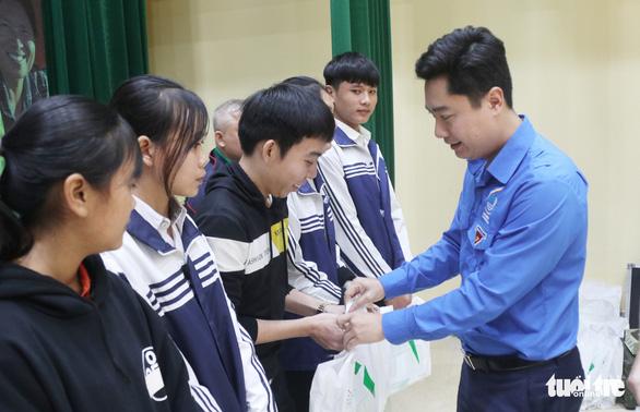 Trao học bổng tiếp sức cho con nhà nông Nghệ An đến trường - Ảnh 5.