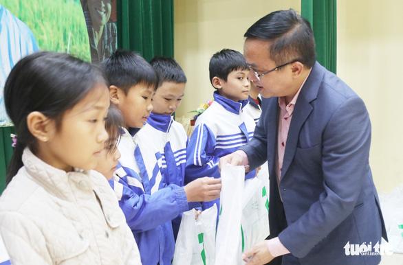 Trao học bổng tiếp sức cho con nhà nông Nghệ An đến trường - Ảnh 1.