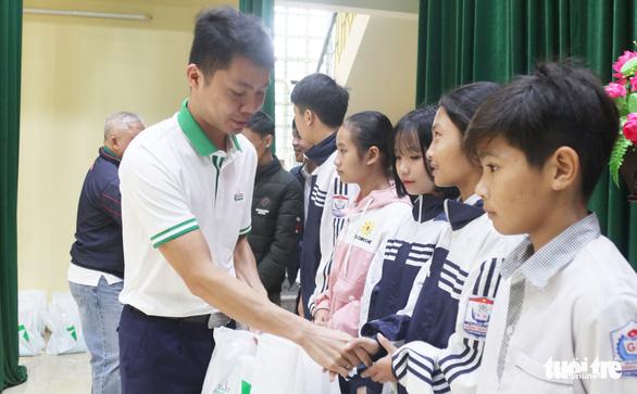 Trao học bổng tiếp sức cho con nhà nông Nghệ An đến trường - Ảnh 3.