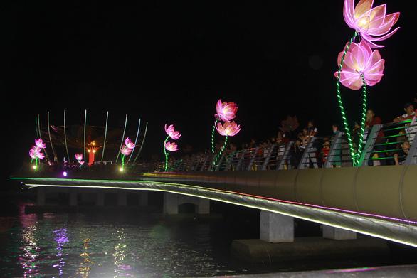 Lung linh đêm hoa đăng bên bến Ninh Kiều - Ảnh 1.