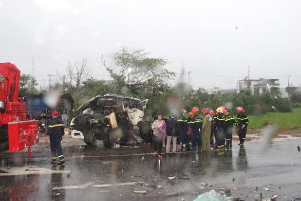 Xe đầu kéo tông xe tải dừng đèn đỏ, tài xế chết ngay trên cabin - Ảnh 1.