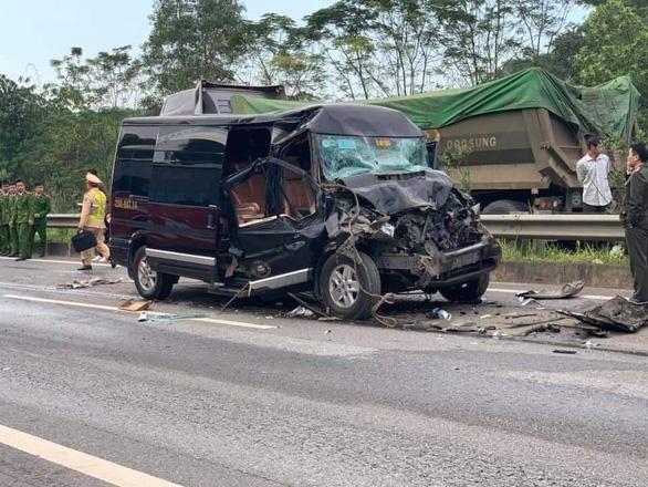 Xe khách Limousine đâm xe đầu kéo trên cao tốc, 8 người bị thương - Ảnh 1.