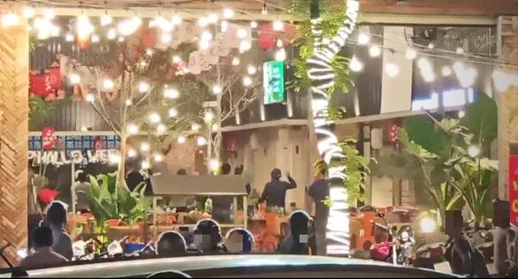 Truy xét vụ ẩu đả náo loạn quán ăn ở quận Tân Phú, TP.HCM - Ảnh 1.