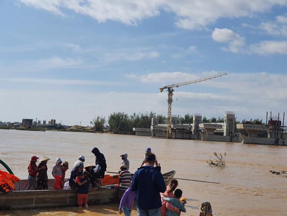 Cảnh cáo nhà thầu đập dâng để 38 công nhân kêu cứu giữa sông Trà Khúc - Ảnh 1.