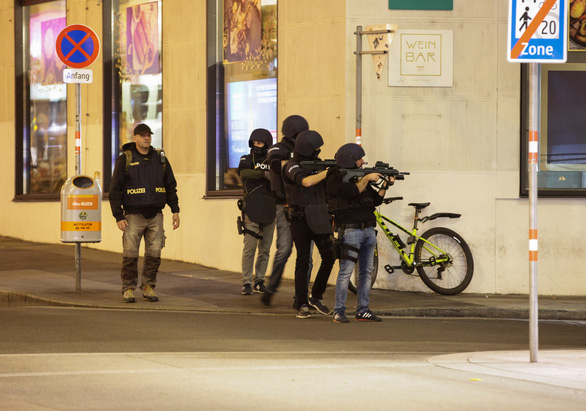 Châu Âu phản ứng mạnh với vụ xả súng ở Áo - Ảnh 1.