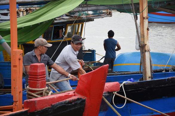 Nam Trung Bộ kêu gọi tàu thuyền tránh trú, sơ tán dân để tránh bão số 10 - Ảnh 1.