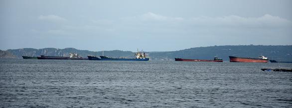 Nam Trung Bộ kêu gọi tàu thuyền tránh trú, sơ tán dân để tránh bão số 10 - Ảnh 2.