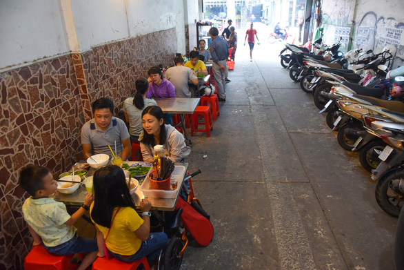 Mùi hoa hồi rất phở bên lề đường Sài Gòn, bạn đã thử chưa? - Ảnh 1.