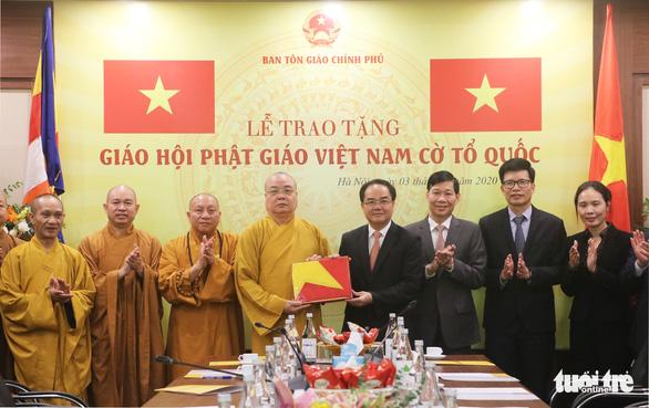 Lễ trao cờ Tổ quốc kỷ niệm 39 năm thành lập Trung ương Giáo hội Phật giáo Việt Nam - Ảnh 1.
