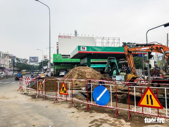Thay đường cống tôn đã cũ mục ở đường Phan Văn Trị - Ảnh 2.