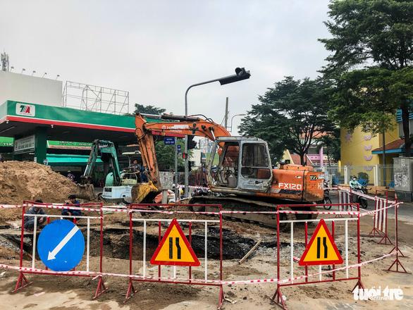 Lại xuất hiện hố sụt sâu 8m có thể nuốt chửng xe tải trên đường Phan Văn Trị - Ảnh 5.