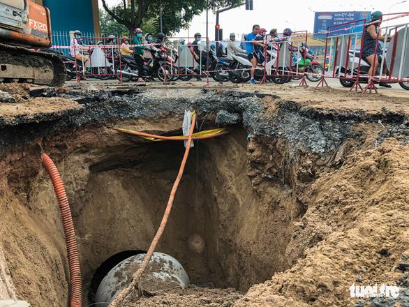 Lại xuất hiện hố sụt sâu 8m có thể nuốt chửng xe tải trên đường Phan Văn Trị - Ảnh 1.