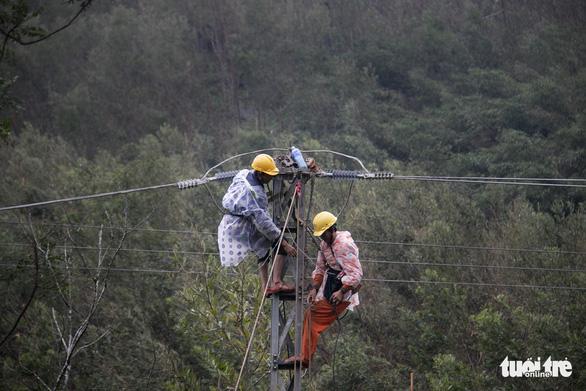 Vẫn còn 97 xã ở 3 tỉnh miền Trung mất điện do bão số 9 - Ảnh 1.