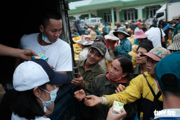 Dân vùng sạt lở đi bộ 4 giờ nhận hàng cứu trợ - Ảnh 5.