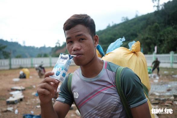 Dân vùng sạt lở đi bộ 4 giờ nhận hàng cứu trợ - Ảnh 9.