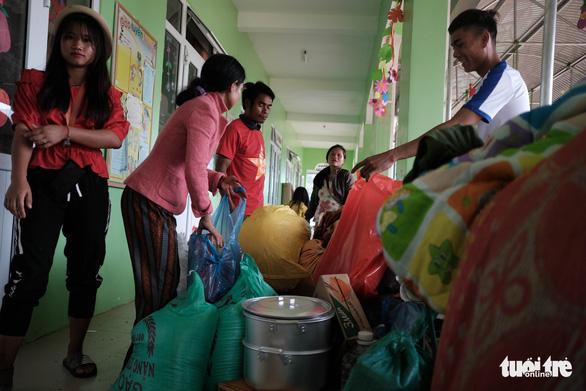 Dân vùng sạt lở đi bộ 4 giờ nhận hàng cứu trợ - Ảnh 7.