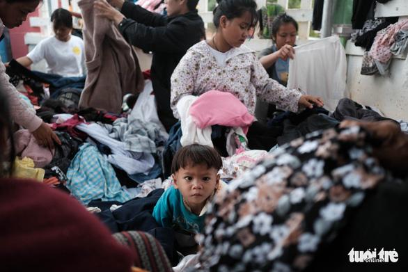Dân vùng sạt lở đi bộ 4 giờ nhận hàng cứu trợ - Ảnh 6.