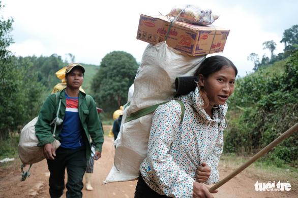Dân vùng sạt lở đi bộ 4 giờ nhận hàng cứu trợ - Ảnh 12.