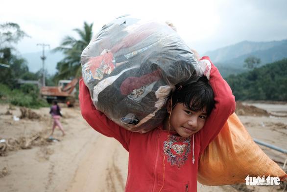 Dân vùng sạt lở đi bộ 4 giờ nhận hàng cứu trợ - Ảnh 13.