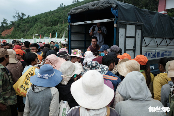 Dân vùng sạt lở đi bộ 4 giờ nhận hàng cứu trợ - Ảnh 1.