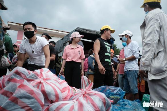Dân vùng sạt lở đi bộ 4 giờ nhận hàng cứu trợ - Ảnh 2.