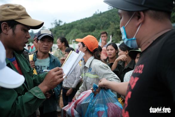 Dân vùng sạt lở đi bộ 4 giờ nhận hàng cứu trợ - Ảnh 3.