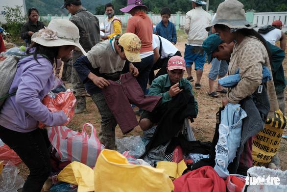 Dân vùng sạt lở đi bộ 4 giờ nhận hàng cứu trợ - Ảnh 8.