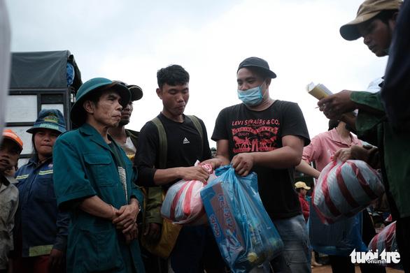 Dân vùng sạt lở đi bộ 4 giờ nhận hàng cứu trợ - Ảnh 4.