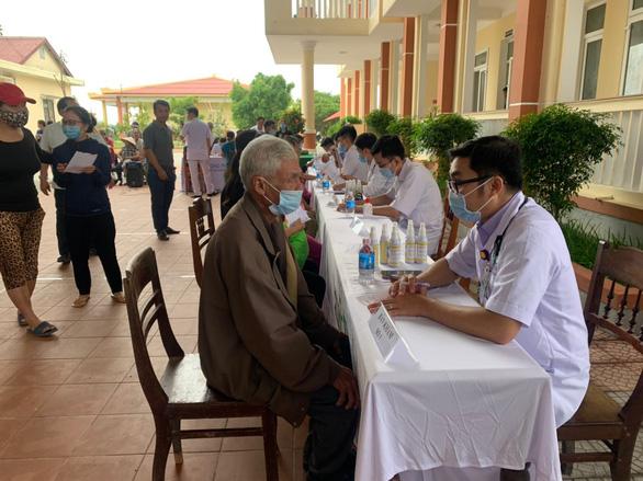 Dược Hậu Giang tích cực chăm sóc sức khỏe người dân sau lũ - Ảnh 2.