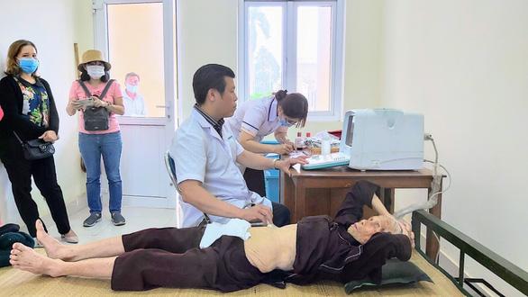 Thầy thuốc trẻ Cần Thơ chia sẻ khó khăn với bà con vùng lũ miền Trung - Ảnh 1.