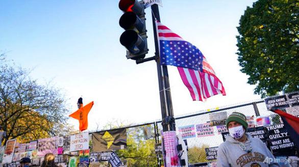 Doanh nghiệp Mỹ chuẩn bị cho khả năng bất ổn vì bầu cử - Ảnh 1.