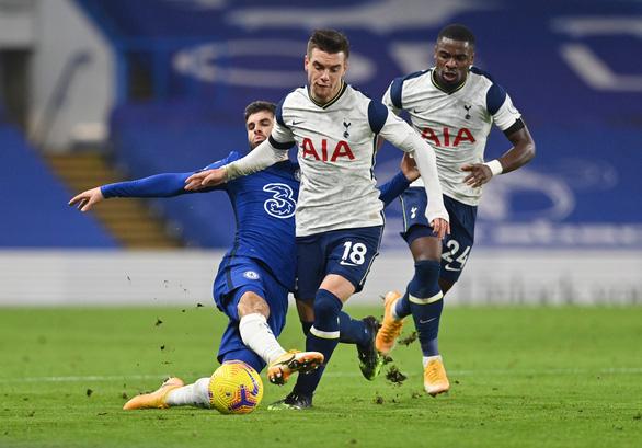 Hòa Chelsea, Tottenham trở lại ngôi đầu bảng - Ảnh 1.