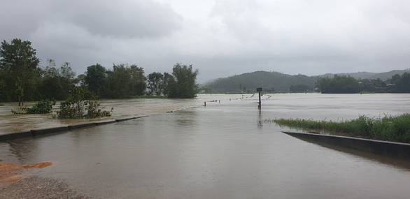 Mưa lớn, nhiều hồ thủy điện, thủy lợi ở Phú Yên xả lũ - Ảnh 2.