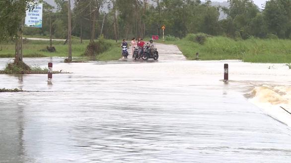Mưa lớn, nhiều hồ thủy điện, thủy lợi ở Phú Yên xả lũ - Ảnh 1.